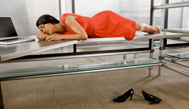 woman-sleeping-office-desk-628x363